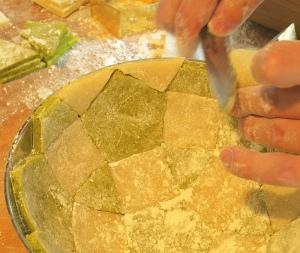 Cassata: Marzipanreste abschneiden