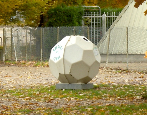 Fußball-Altglascontainer