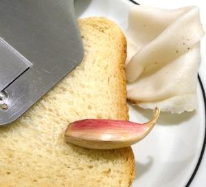 Toast, Knoblauch, Lardo, Trüffelhobel