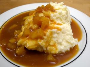 Mandelgrießpudding mit Apfelkaramellsoße