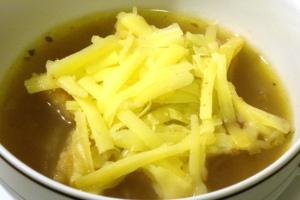 Hühner-Zwiebel-Suppe mit Käse-Toast-Stern
