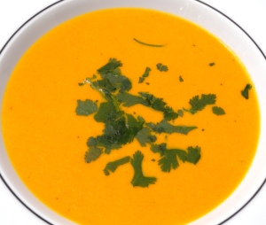 Tomaten-Kokos-Suppe mit Kreuzkümmel und Koriander