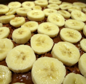 Bananen auf Karamell auf Pekannüssen auf Karamell auf Biskuit